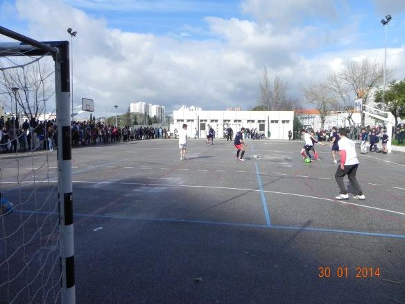 O jogo de futebol Polícia vs alunos